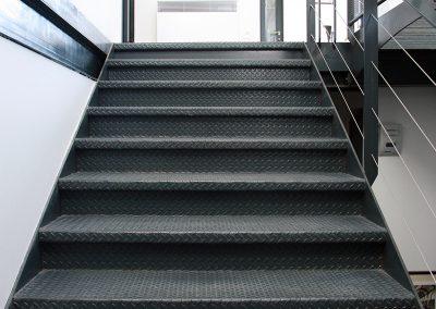 Escalier métallique avec garde-corps à fils vu de face