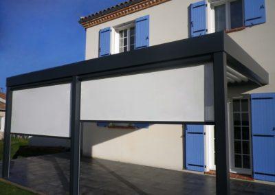 Pergola bioclimatique aluminium avec stores intégrés par Kawneer