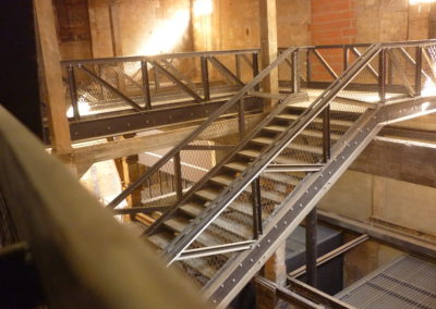 Escalier métallique et passerelles de circulation à filet