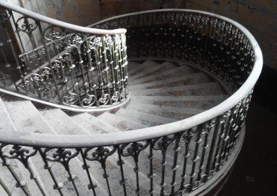 Escalier d'origine avec garde-corps en fonte de l'église de Pertuis