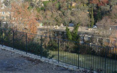 Une protection d'acier pour la vue sur la Fontaine de Vaucluse