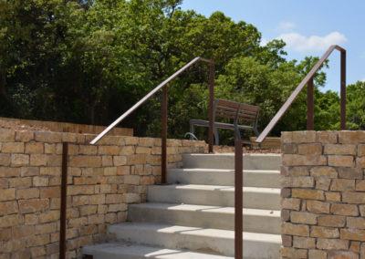 Escalier extérieur en béton avec une rampe en acier minimaliste