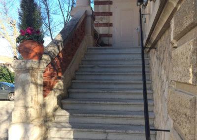 Main courante d'escalier en métal arrondie