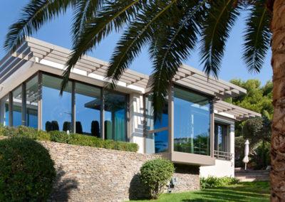 Portes-fenêtres coulissantes en aluminium par Kawneer vue de l'extérieur