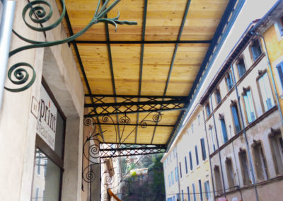 Auvent en fer forgé ouvragé à l'ancienne et couverture bois restauré par MASFER