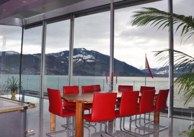 Baie de coulissants panoramiques avec vue sur lac et montagne