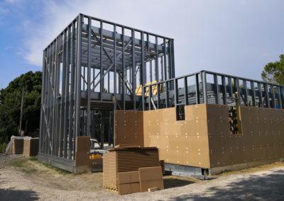 Couverture et isolation d'une maison en stucture légère acier
