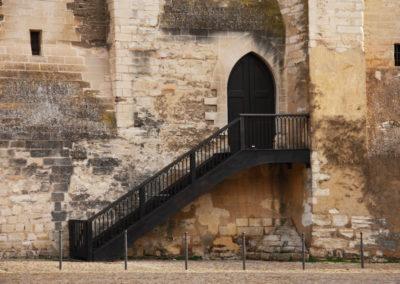 Escalier droit restauré avec garde corps en fer forgé