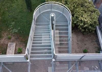 Escalier métalllique demi tournant avec palier