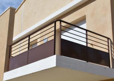 Garde-corps de balcon en métal tôlé et barreaudé