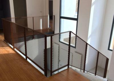 Garde corps d'escalier à filet en acier