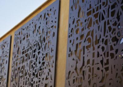Habillage décoratif en acier de facade au motif de lettres mélangées