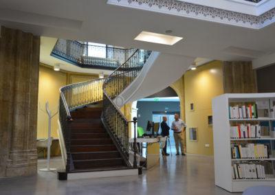 Escalier en fonte dans la médiathèque réaménagée