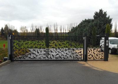 Portail et portillon acier à barreaux et motifs coulissant et motorisé