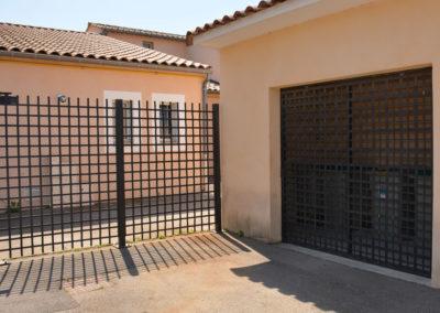 Grille ouvrante et portail coulissant à barreaux entrecroisés