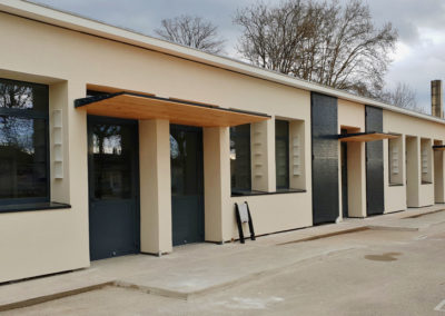 Ecole avec menuiseries acier, auvents acier et bois et habillage métallique décoratif de façade