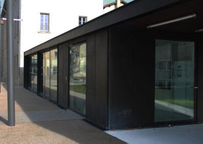 Annexe en acier avec portes et fenêtres vitrées