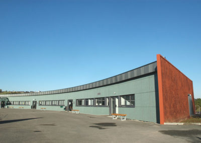 Collège à la structure arrondie en ossature légère acier