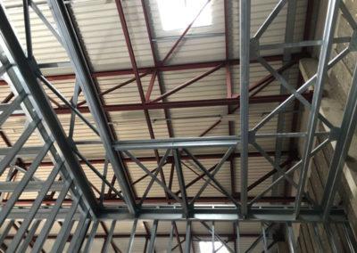 Plafond-avec-cloisons-grande-dimension-en-ossature-légère-métallique